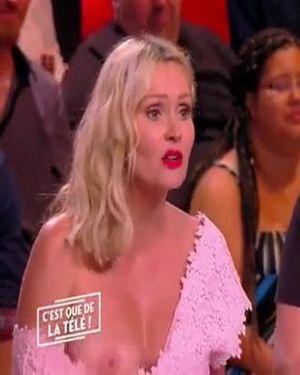 Apresentadora pagando peitinho ao vivo no programa de TV